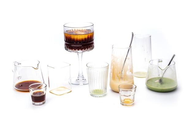 Geïsoleerd gebruikt wit drinkglas op achtergrond, vuil afval van café-bar, ecologie recycling, lege fles van afval, waterdrank over milieuvervuiling