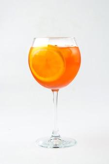 Geïsoleerd glas oranje aperol spritz cocktail