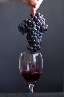 Geïsoleerd glas rode wijn op donkere achtergrond