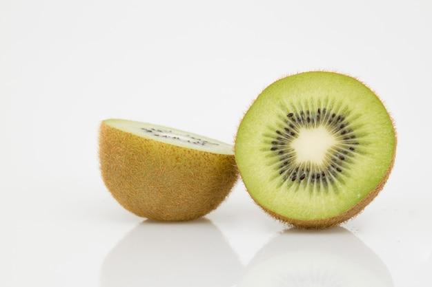 Geïsoleerd half gesneden kiwifruit op wit.
