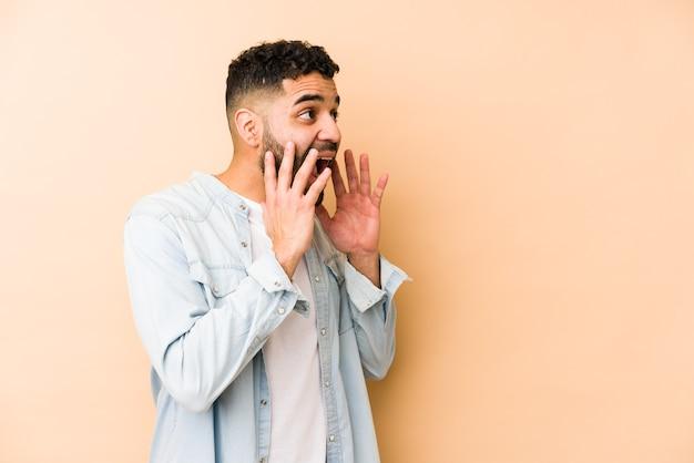 Geïsoleerd jong gemengd ras arabisch man schreeuwt luid, houdt de ogen open en handen gespannen.