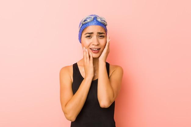 Geïsoleerd jonge arabische zwemmer vrouw troosteloos janken en huilen.