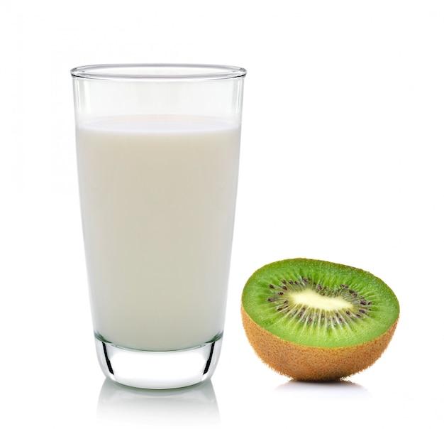 Geïsoleerd kiwifruit en melk