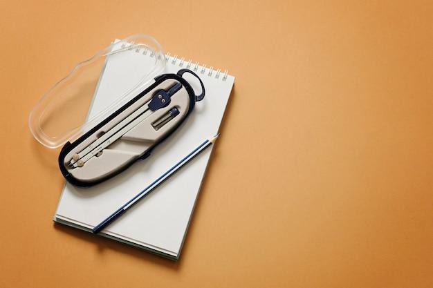 Geïsoleerd kompas en potlood, exemplaarruimte. meetkunde, wiskunde, engineering