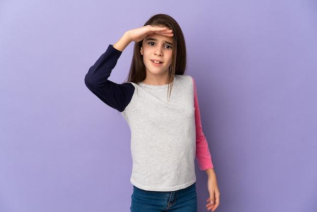 Geïsoleerd meisje op zoek ver weg met de hand om iets te kijken