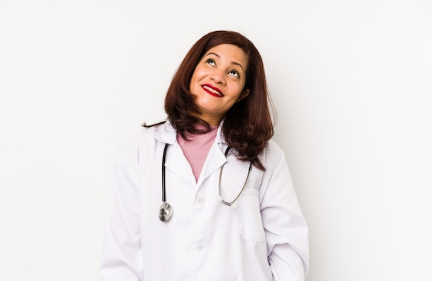 Geïsoleerd middelbare leeftijd latijns-arts vrouw dromen van het bereiken van doelen en doeleinden
