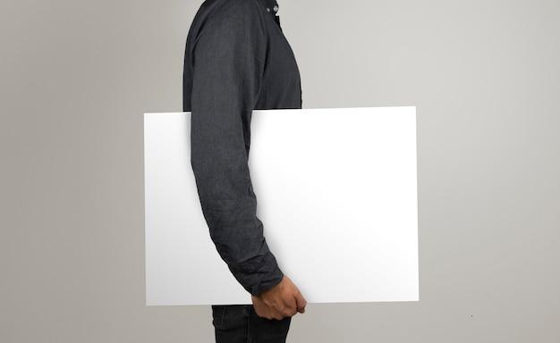 Geïsoleerd model met een poster in horizontale positie