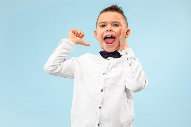 Geïsoleerd op blauw casual jongen schreeuwen in de studio