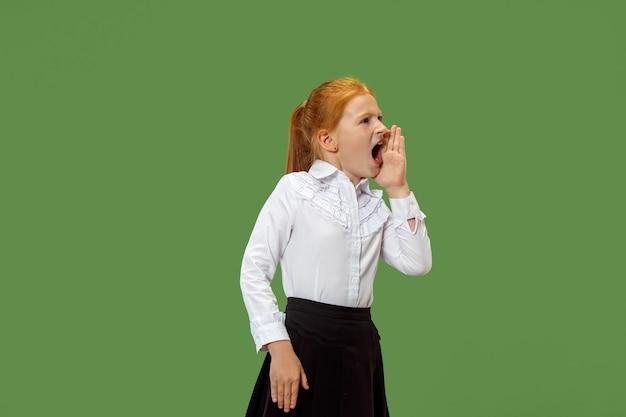 Geïsoleerd op groen casual tiener meisje schreeuwen