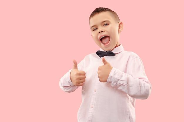 Geïsoleerd op roze casual jongen schreeuwen in de studio