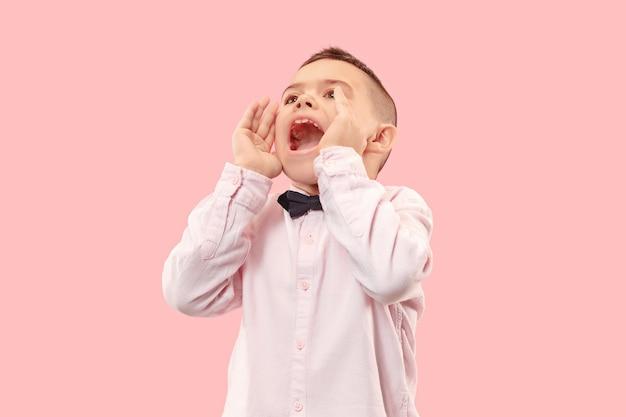 Geïsoleerd op roze casual jongetje schreeuwen