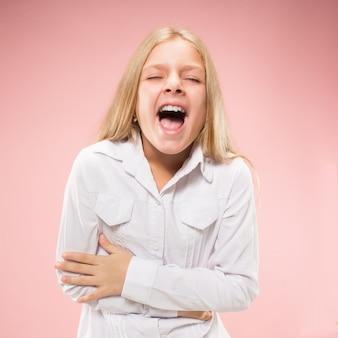 Geïsoleerd op roze casual tiener meisje schreeuwen in de studio