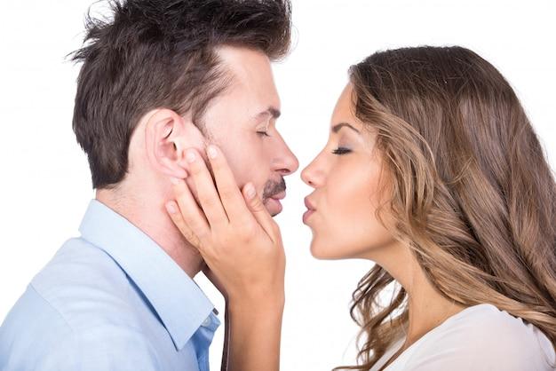 Geïsoleerd paar in liefde kussen
