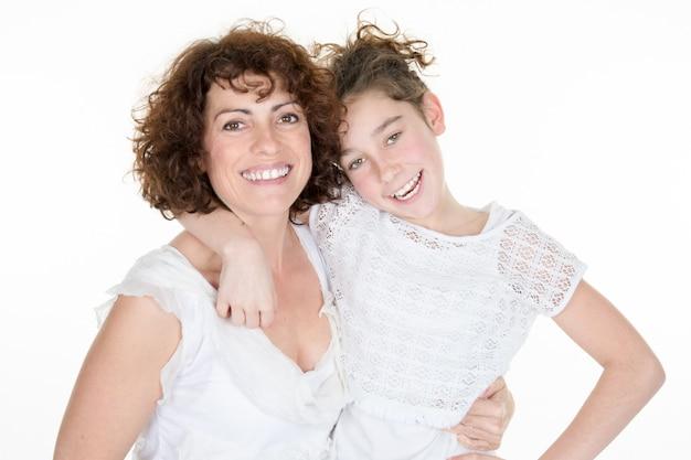 Geïsoleerd portret van gelukkige dochter en haar moeder