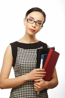 Geïsoleerd portret van glimlachende bedrijfsvrouw met document omslagen