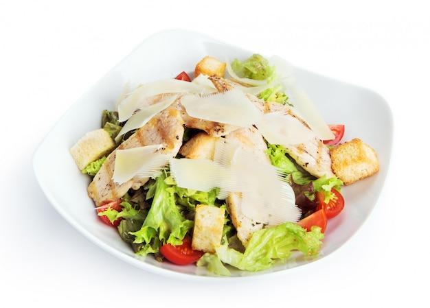 Geïsoleerd restaurantvoedsel - kippen caesar salade