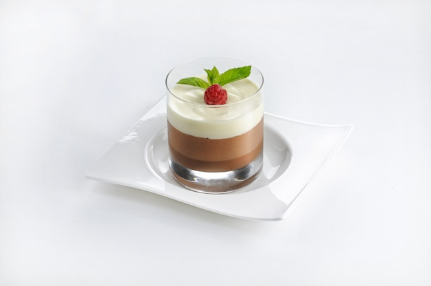 Geïsoleerd schot van een chocoladedessert in een glas