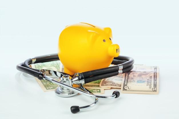 Geïsoleerd spaarvarken en stethoscoop