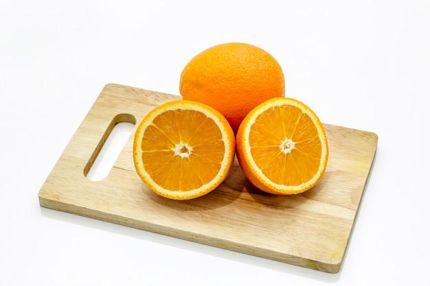 Geïsoleerd van citrus mandarijn sinaasappel op de gehakte houten op het witte oppervlak