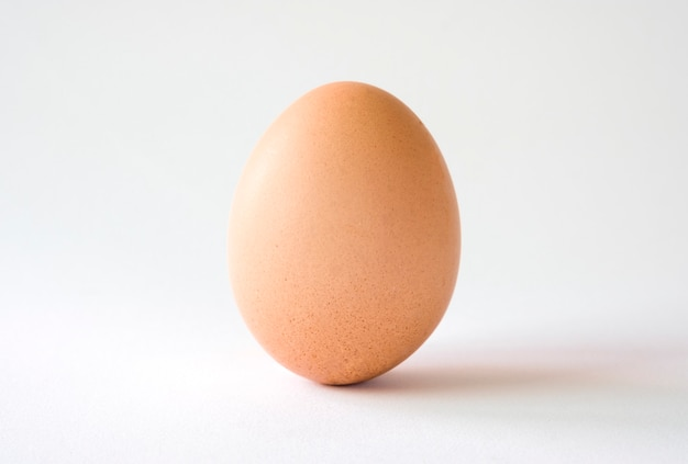 Geïsoleerd van kippenei op witte achtergrond.