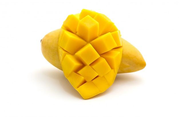 Geïsoleerd van snijd mooie gele mango op wit