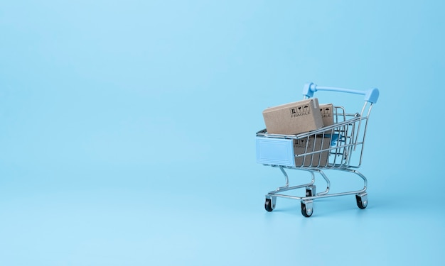 Geïsoleerd van verzending van papieren dozen blauwe achtergrond en kopie ruimte, online winkelen en e-commerce concept.