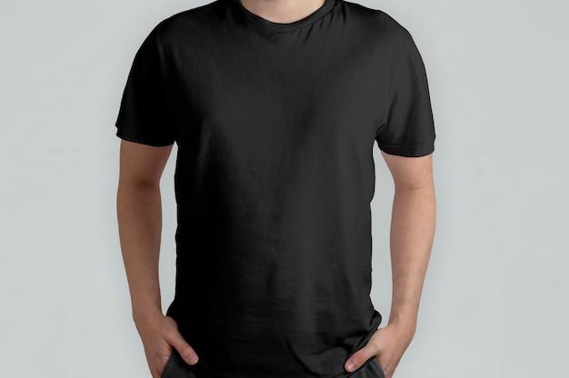 Geïsoleerd zwart t-shirtmodel, vooraanzicht