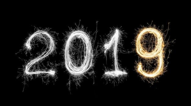 Geïsoleerde 2019 geschreven met sparkle vuurwerk op zwarte achtergrond