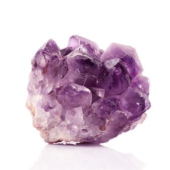 Geïsoleerde amethistkristallen op wit