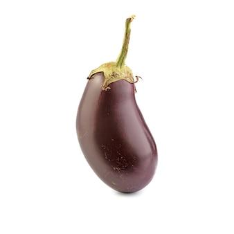 Geïsoleerde aubergine. een verse aubergine over wit oppervlak, met uitknippad.
