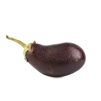 Geïsoleerde aubergine. een verse fijne paarse aubergine met druppels op een wit oppervlak, met uitknippad.