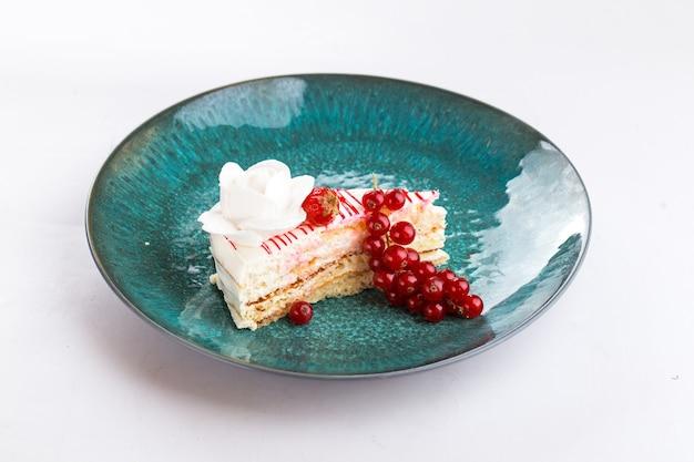 Geïsoleerde bes romige plak van een cake