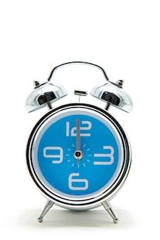 Geïsoleerde blauwe wekker op wit