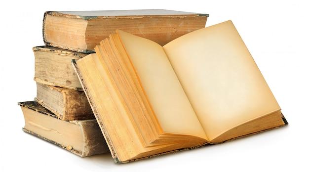 Geïsoleerde boeken. stapel oude boeken en een open met zwarte pagina's