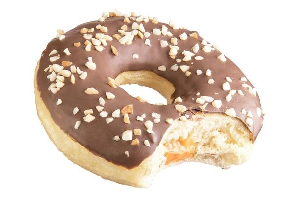 Geïsoleerde chocolade donut geschoten in stapel. gefotografeerd door te stapelen. gebeten donut. donut gevuld.