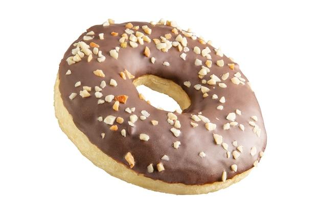 Geïsoleerde chocolade donut geschoten in stapel. gefotografeerd door te stapelen.