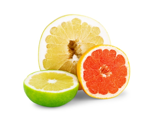 Geïsoleerde citrusvruchten schijfjes oranje roze pompelmoes limoen en