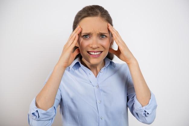 Geïsoleerde close-up van bezorgd vrouw wat betreft head