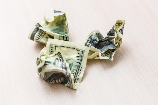 Geïsoleerde dollarrekening op een witte achtergrond