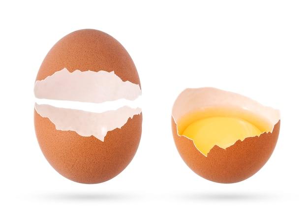 Geïsoleerde eierschaal en gebroken leeg ei