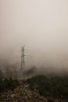 Geïsoleerde elektriciteitstoevoer toren op de berg.