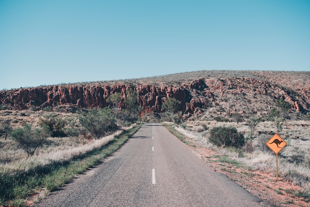 Geïsoleerde en eenzame weg in het rode centrum in de australische outback