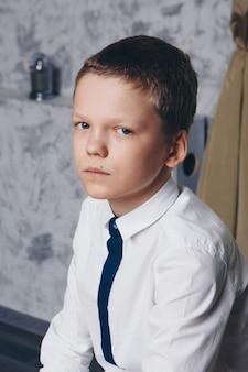 Geïsoleerde foto: portret van een serieuze jonge kerel. het concept van gezonde ogen, visie