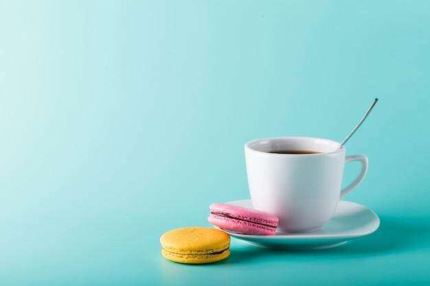 Geïsoleerde foto van koffie met bitterkoekjes