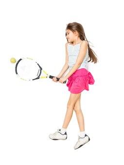 Geïsoleerde foto vanuit het oogpunt van een schattig meisje dat op de vloer ligt en tennis speelt