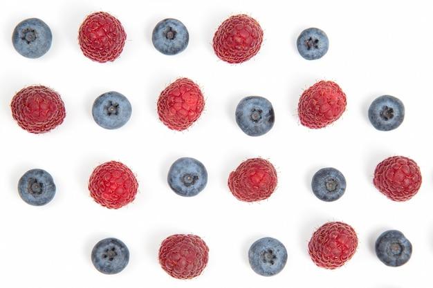 Geïsoleerde frambozen en bosbessen. vitaminen en gezond voedsel