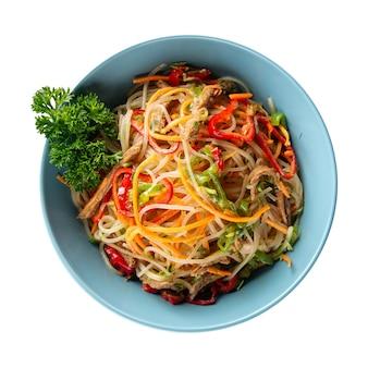Geïsoleerde funchosa-noedelsalade met groenten