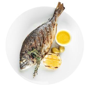 Geïsoleerde gastronomische gegrilde zeebrasem dorada vis