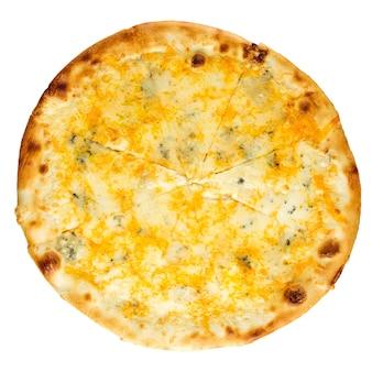 Geïsoleerde gebakken pizza met drie kaas op wit