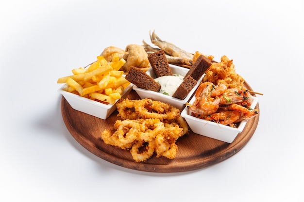Geïsoleerde gebakken schaal-en schelpdieren bier schotel met vis en garnalen
